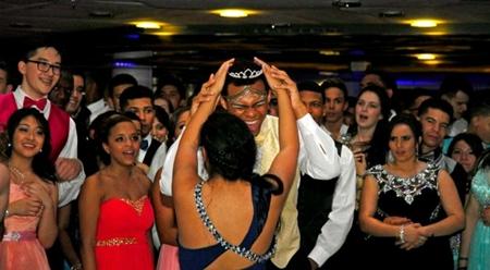 Un chico es coronado reina del baile de su instituto