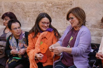 Oltra respalda la iniciativa 'Hilando vidas' y la considera 'completa y profundamente feminista'