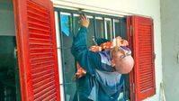 Un ladrón queda atascado en una reja y tiene que ser rescatado por la Policía