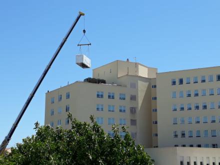 El Hospital de Alicante mejora la climatización en consultas externas con la instalación de dos nuevas enfriadoras