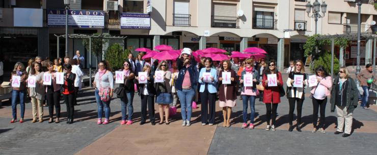 Una gran gota humana rosa en la Plaza Mayor de Pozuelo