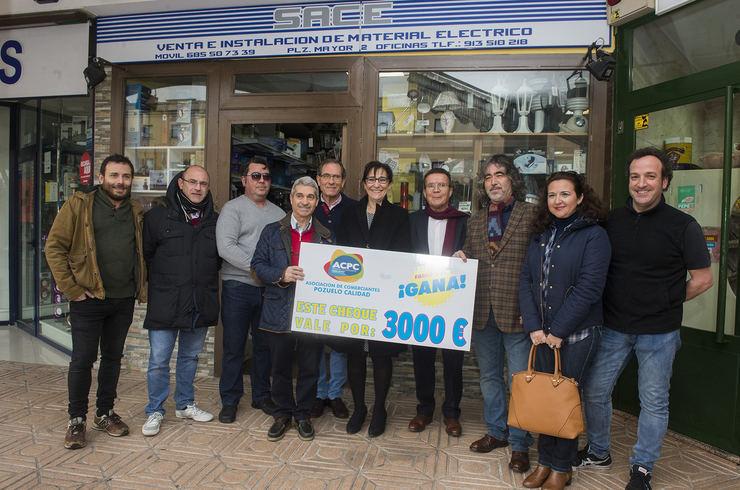 La Asociación de Comerciantes Pozuelo Calidad entrega el premio al ganador de la Campaña de Navidad