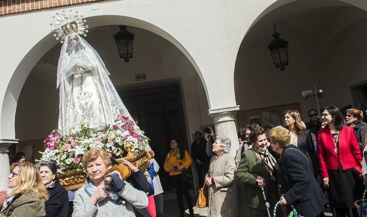 La Semana Santa concluye en Pozuelo con la tradicional Procesión del Encuentro y la tirada de Las Aleluyas