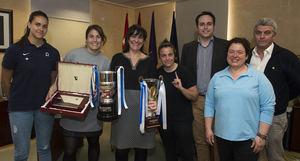 La alcaldesa felicita al equipo femenino del Club de Rugby Olímpico de Pozuelo, campeonas de la Liga Iberdrola