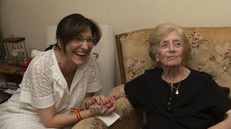 La alcaldesa felicita a Ángeles Carranza por su 100 aniversario