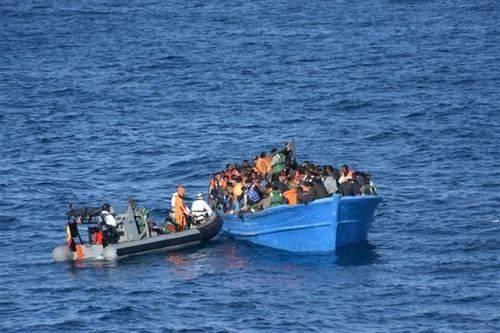 La fragata F-86 auxilia en Navidad a cientos de emigrantes en Libia
