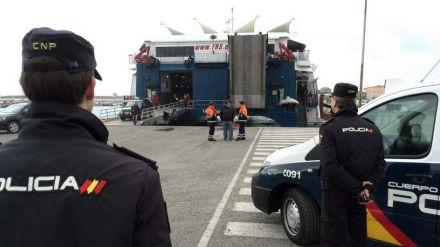 Un menor rescatado al intentar entrar en España en los bajos de un autobús
