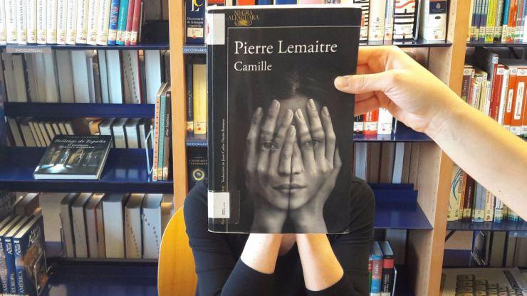 Pozuelo y su original Bookface fundiendo sus imágenes con portadas de libros
