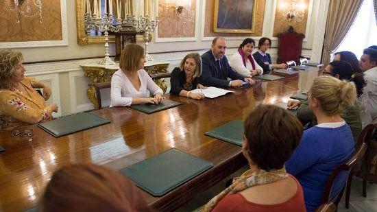 Irene García se reúne con trabajadoras de Ayuda a Domicilio en Cadiz