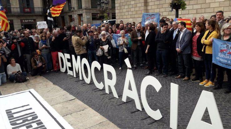 Colau reconoce a Puigdemont como presidente de la Generalitat