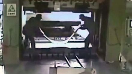 [En vídeo] Aplasta a su compañero con una prensa hidráulica