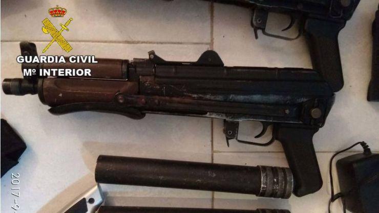 La Guardia Civil interviene dos Kalashnikov AK 47 y detiene a su propietario