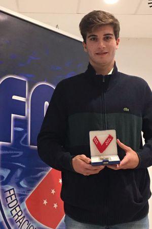 El pozuelero Fernando Pérez Castillo recibe la medalla al mérito deportivo