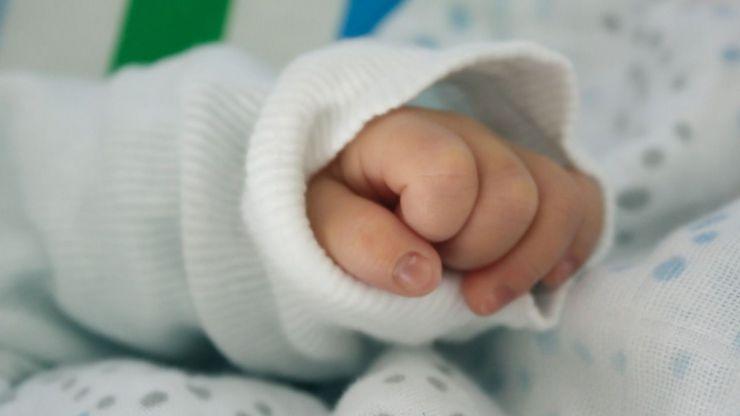 Lanza por la ventana a su bebé después de dar a luz