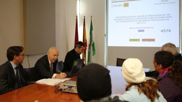 Emvisesa celebra el sorteo para ordenar la lista de los 11.647 demandantes de vivienda protegida en Sevilla