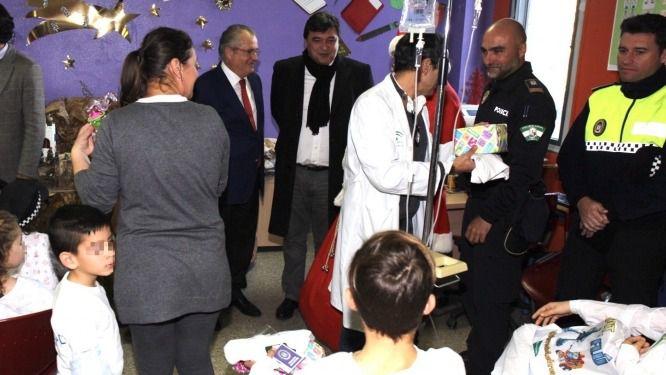 La Policía Local entrega un centenar de juguetes a los pequeños ingresados en el hospital Juan Ramón Jiménez en Huelva