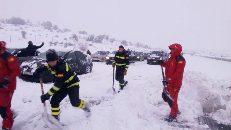 Reabre la AP6 tras 18 horas de pesadilla en la nieve con miles de conductores atrapados