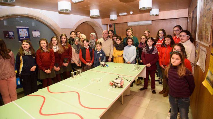 El Ayuntamiento de Almería celebra un taller de robótica para fomentar vocaciones científicas entre niñas y jóvenes