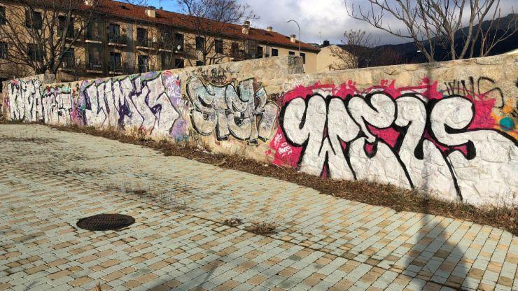 Continúan los trabajos de limpieza de grafitis en El Escorial