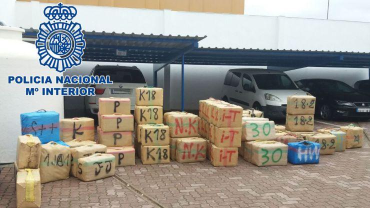 Incautados 2500 kilos de hachís en la Línea de la Concepción tras frustrar un alijo de drogas en la playa del Tonelero