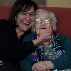 La alcaldesa de Pozuelo felicita a una vecina que cumple 105 años