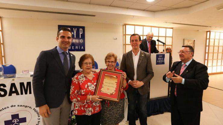 El alcalde de Almeria impone el Escudo de Oro de la Ciudad a tres almerienses