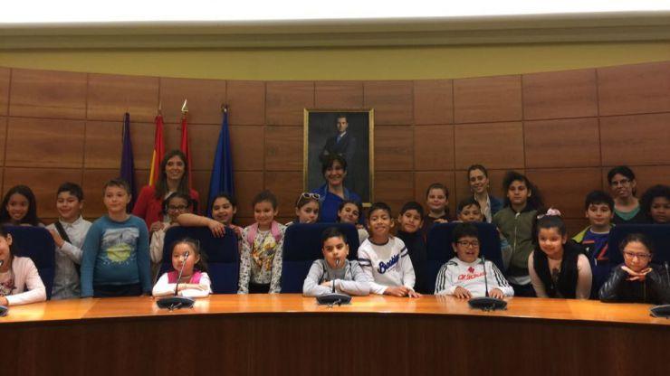 Susana Pérez Quislant recibe a alumnos del Colegio Asunción de Nuestra Señora en su visita al Ayuntamiento