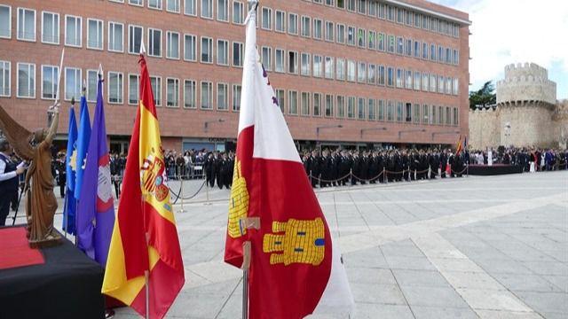 Ávila entrega el título de hijos adoptivos de la ciudad a los policías formados en su escuela