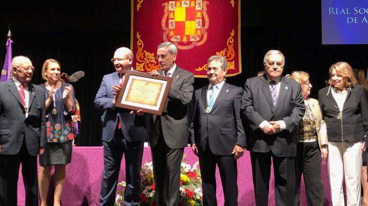 El alcalde entrega la Medalla de Oro de la Ciudad de Jaén a la Real Sociedad Económica de Amigos del País