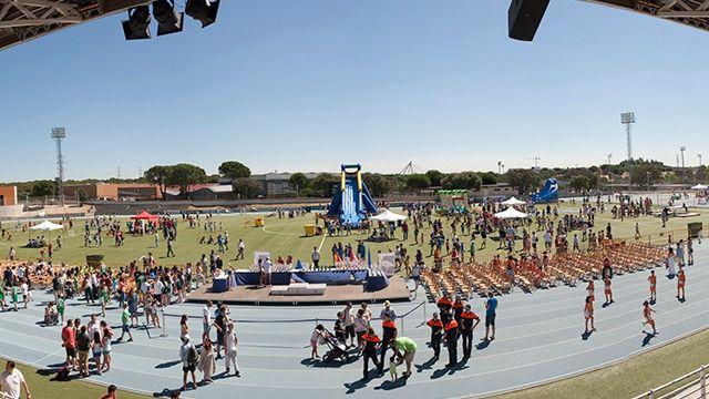Una pantalla gigante para seguir los partidos de la Selección Española en la plaza de España de Las Rozas
