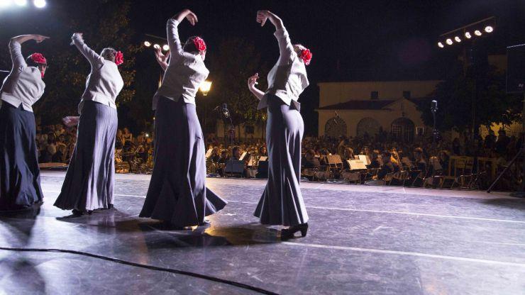 Ovación a la escuela municipal de música y danza en la plaza de España