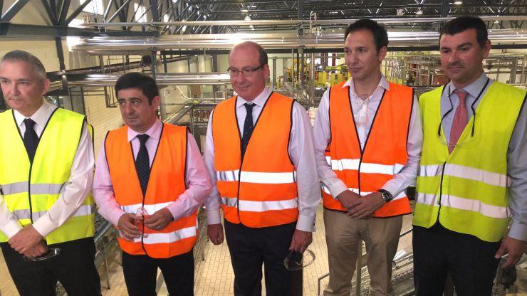 El alcalde de Jaén felicita a Heinken España por la puesta en funcionamiento del nuevo tren de latas en la fábrica de Jaén