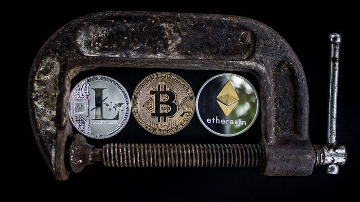 Mientras el bitcoin sigue cayendo más de 800 criptomonedas han muerto