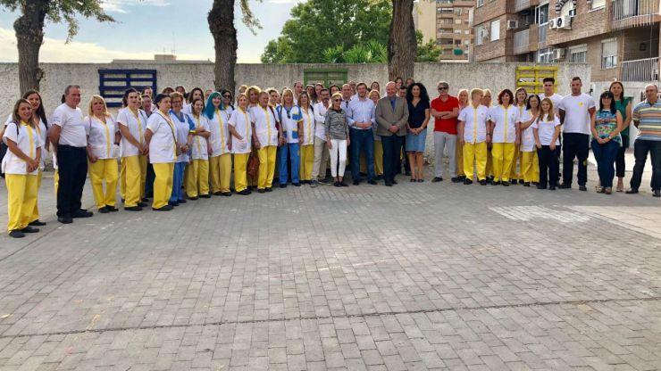 El alcalde de Jaén visita a los trabajadores que se encargarán de la limpieza de los centros de Infantil y Primaria de la ciudad