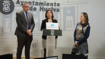 El Ayuntamiento de Huelva y La Caixa aúnan esfuerzos con la entrega de ordenadores para la alfabetización de 40 menores inmigrantes