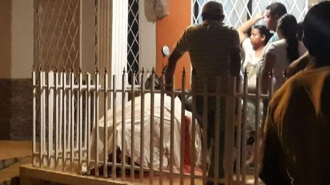 Asesinada mientras se encontraba en la terraza de su casa con varios familiares