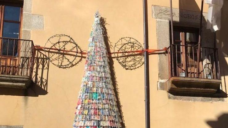 El Barco de Ávila instala un árbol de navidad hecho con libros