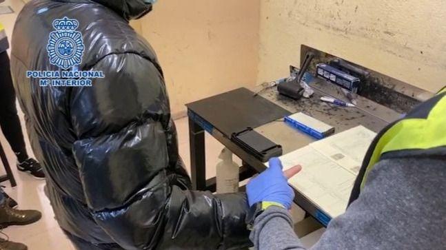 La Policía Nacional detiene a un hombre por cometer una estafa vendiendo mascarillas quirúrgicas