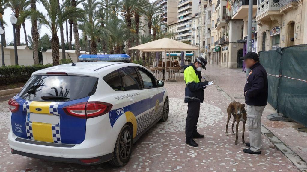 La Policía Local comienza a controlar el tiempo de los paseos de los perros en Alicante