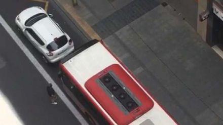 Un autobús arrolla un coche tras una discusión de tráfico en el centro de Valencia
