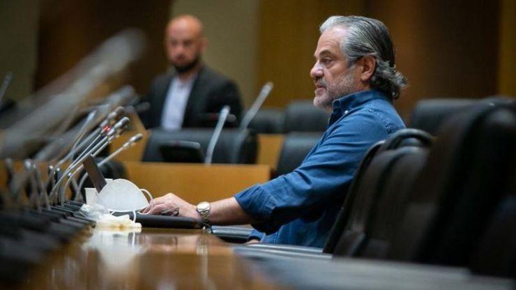 De llamar 'payaso' a Pablo Iglesias a homenajearle en la Comisión de Consumo yendo 'en mangas de camisa' como hacía con el Rey
