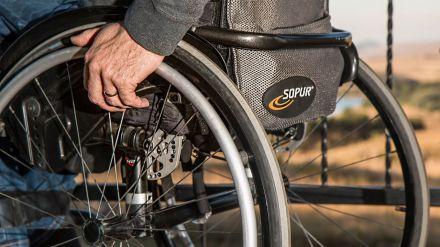 Cinco años encerrado en casa porque su vecindario prefiere arreglar los jardines que ponerle una rampa para su silla de ruedas