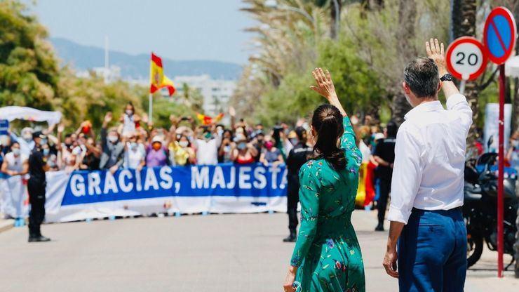Los Reyes saludan a los primeros turistas internacionales: