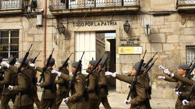 Guardia Civil: Piden a Sánchez que retire de los cuarteles el lema Todo por la patria'