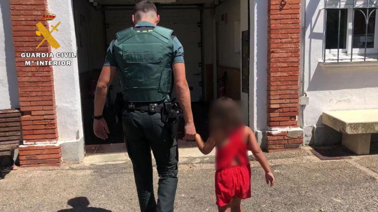 La Guardia Civil auxilia a una niña de 7 años abandonada en plena carretera