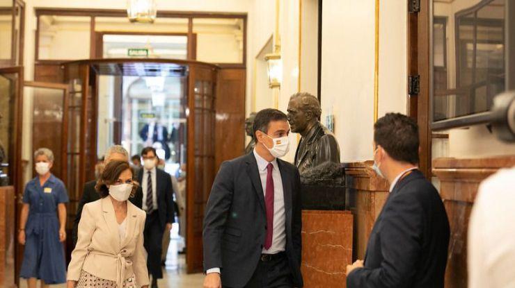 Dos caras de una misma moneda: Ovación a Sánchez en el Congreso y ojos en blanco de Casado