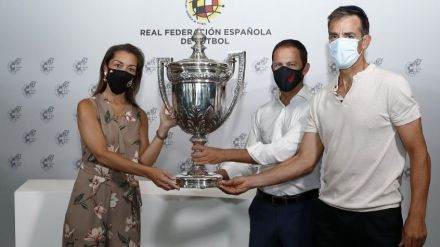 El Atlético de Madrid recibe la 'Copa Presidente'