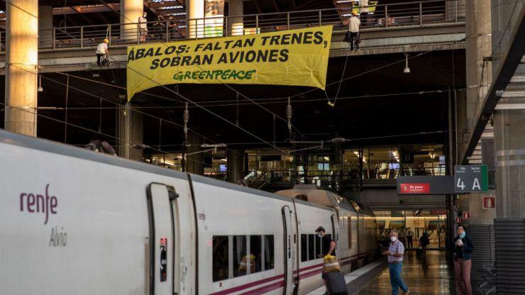 Greenpeace despliega una pancarta en Atocha para denunciar la supresión de trenes