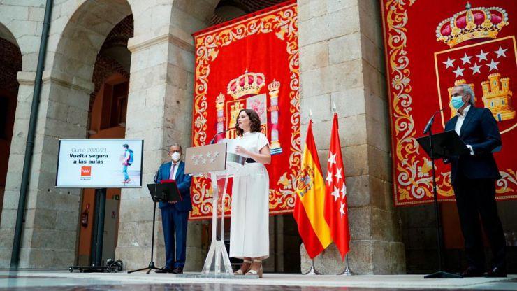 Ayuso prepara una 'operación retorno' sanitaria para frenar el estallido de casos en Madrid