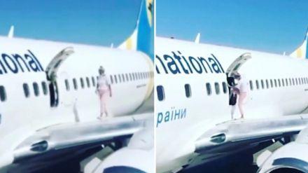 Una pasajera utiliza la salida de emergencia para dar un paseo sobre el ala del avión